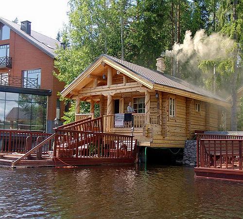 Хорошо после горячей баньки искупаться в озере!