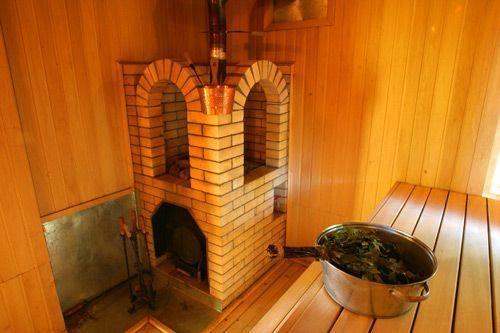 Красивая кирпичная печь для бани в антураже