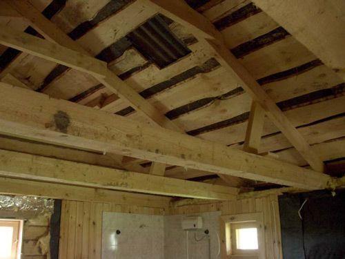 Вид на крышу и потолочные балки