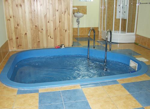 Обычный бассейн внутри бани