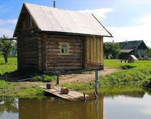 Русская деревенская баня на берегу