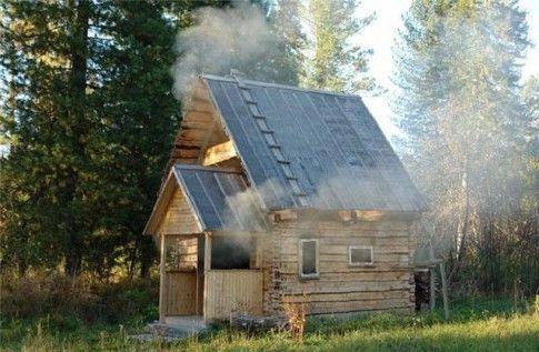Русская деревенская баня по-чёрному на опушке леса