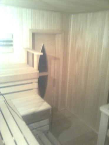 Деревянная дверь в сауну со стеклянной вставкой