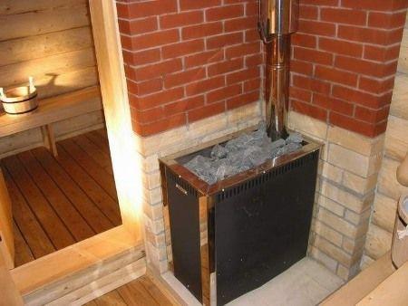 Стены возле печи-каменки защищены огнеупорным кирпичом