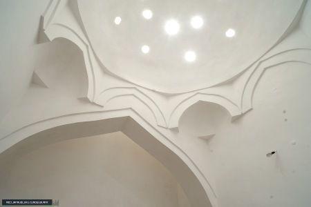Освещение и вентиляция, размещенные на потолке бани