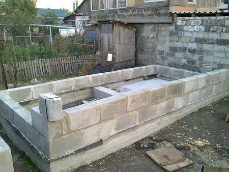 Начало возведения стен бани из шлакоблоков