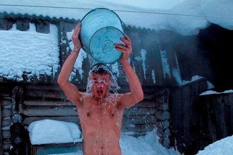 Обливание ледяной водой – вид закаливания после бани