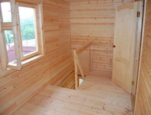 Отделение комнаты наверху бани с перилами лестницы