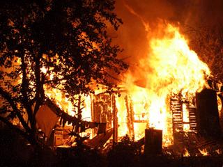 Сильно разгоревшийся огонь. Спасти баню так и не удалось!