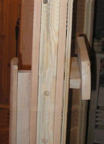 Деревянные ручки на двери в парилку