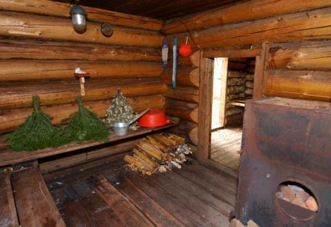 В деревенской баней дрова и веники обязательный атрибут
