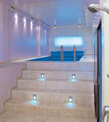 Свет на ступеньках к бассейну