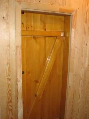 Входная однослойная дверь в баню