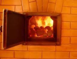 Дровяная печь с горящими дровами