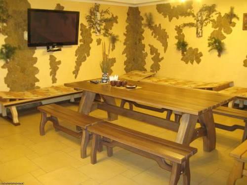 Теплые оттенки в отделке и обустройстве комнаты отдыха в бане располагают к спокойствию и неге