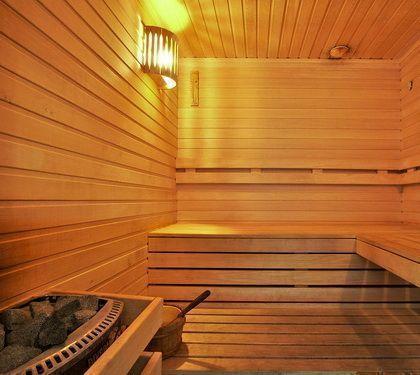 Внутренняя отделка парной в бане с помощью деревянных реек