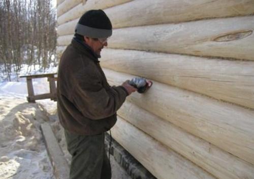 Шлифовка наружной поверхности стен бани из сруба