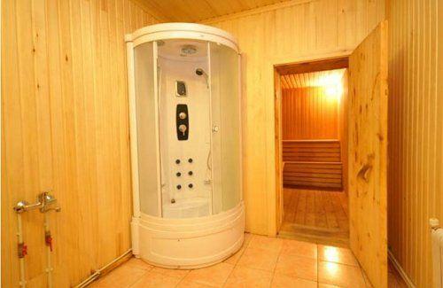 Современная душевая кабина в бане