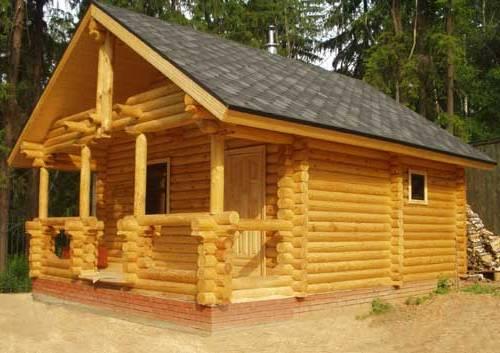 Баня из оцилиндрованного бревна – идеальный вариант для строительства рядом с загородным домом или дачи