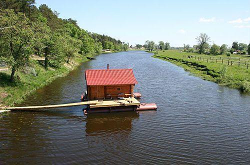 Русская баня на середине реки, смотрится просто потрясающе, не правда ли?