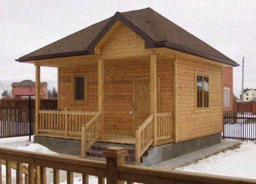 Готовая баня из деревянного бруса прекрасно смотрится даже на фоне жилых особняков