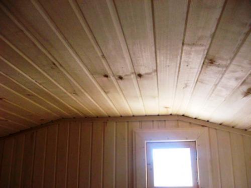 Двускатный потолок фокусирует тепло