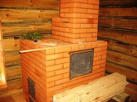 Кирпичная банная печь, которая естественно стоит на фундаменте