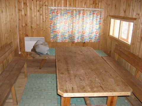 Столик со скамейками в предбаннике