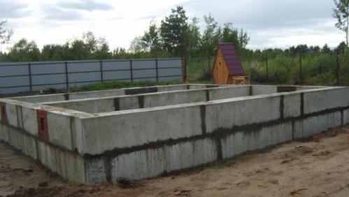 Построенный блочный фундамент для бани