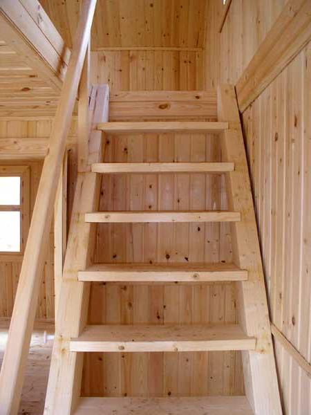 Обычная лестница, соединённая с мансардным этажом