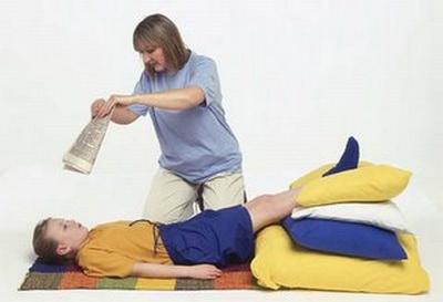 Человек находится в состоянии обморока - поднятые ноги обеспечивают прилив крови к голове