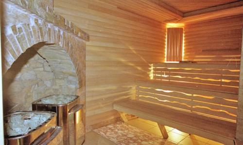 Стены и потолок в парилке сделаны из дерева