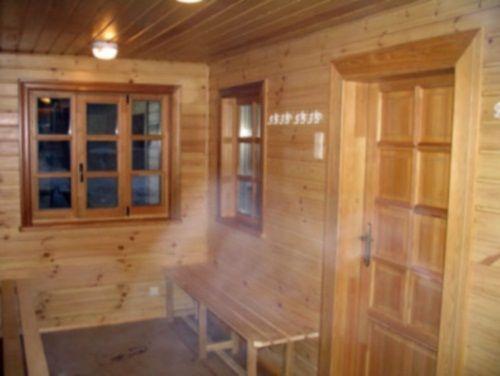 Предбанник в бане с окнами очень красиво, но не всегда практично