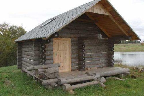 Деревянная баня из бревен на берегу озера