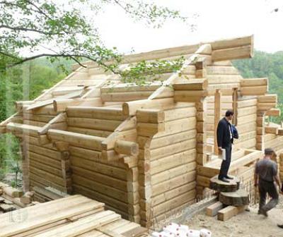 Люди трудятся над строительством новой бани