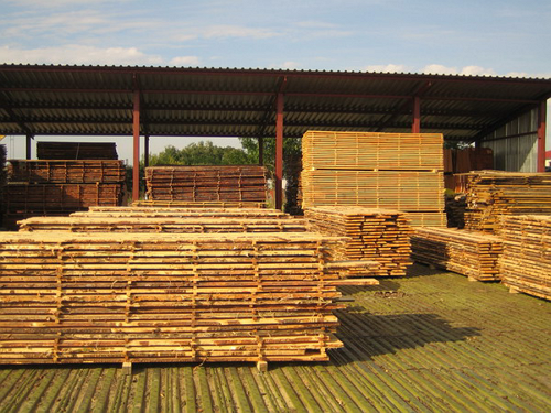 Естественная сушка древесины на площадке