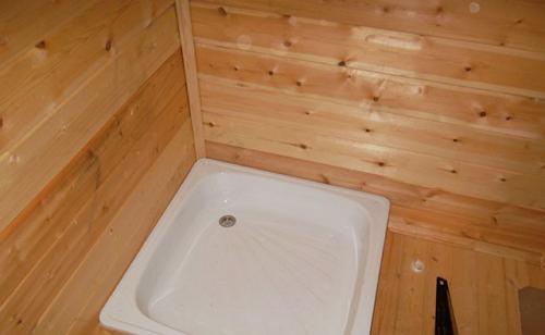 Готовый пол с душевой в моечной комнате