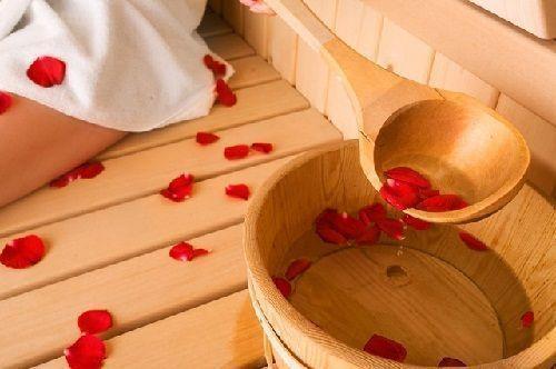 Ароматическая ванночка с лепестками роз