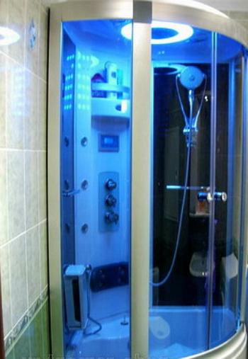 Обычная душевая кабинка в бане